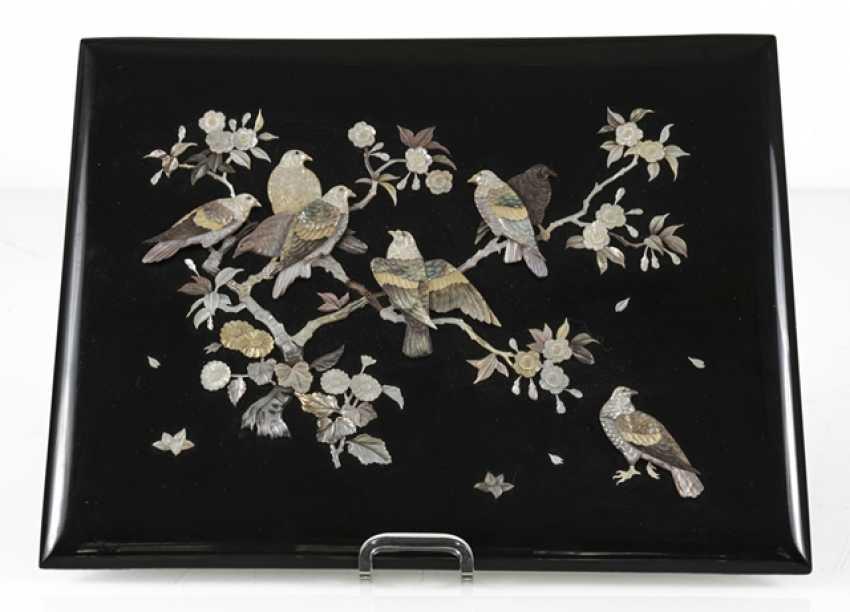 Zierpaneel aus Holz mit Dekor von Tauben in blühenden Sträuchern in Perlmutt eingelegt - Foto 2