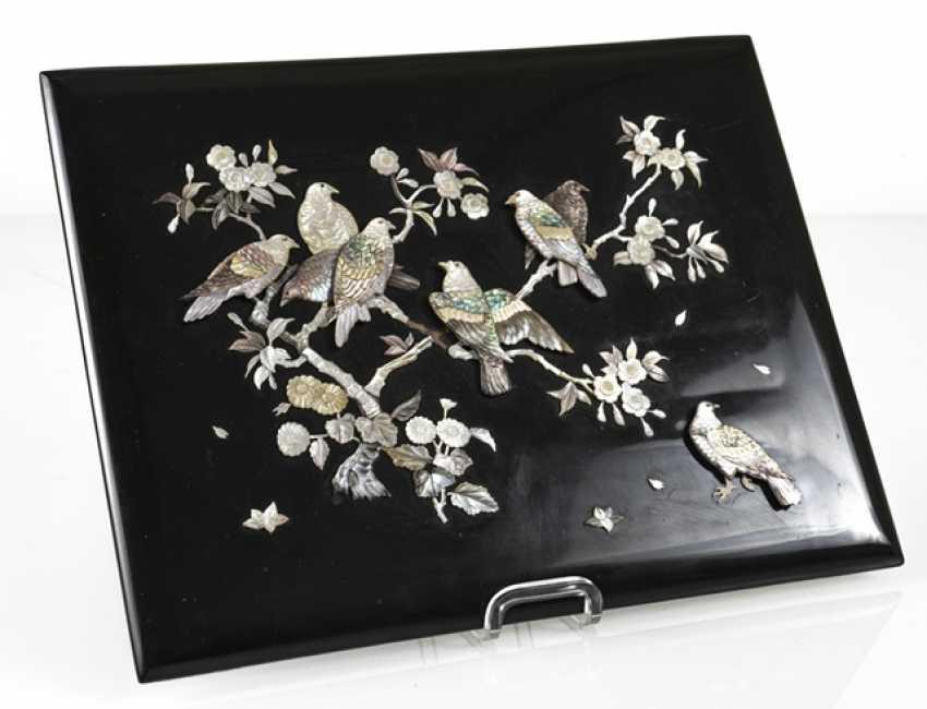 Zierpaneel aus Holz mit Dekor von Tauben in blühenden Sträuchern in Perlmutt eingelegt - Foto 4