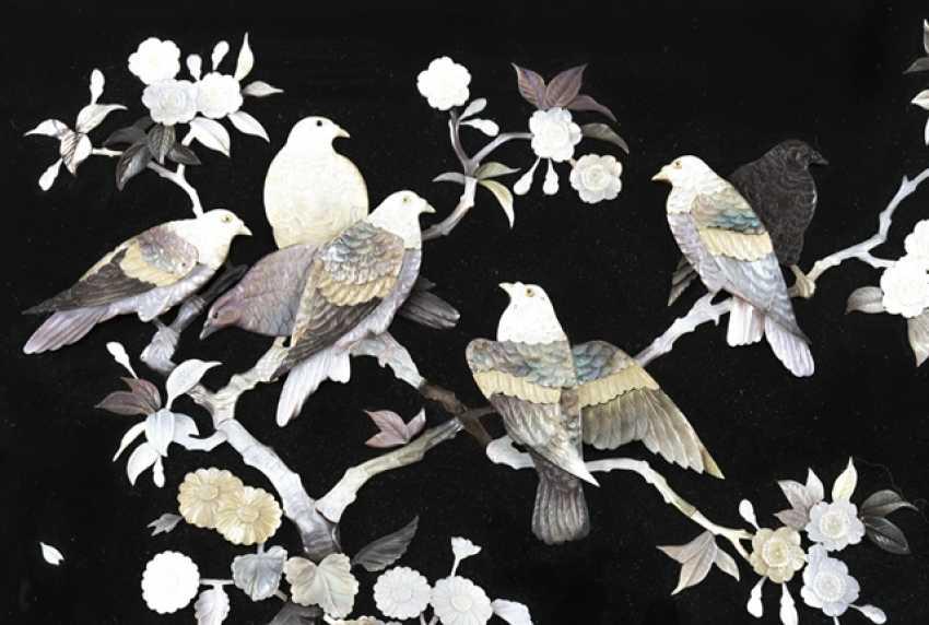 Zierpaneel aus Holz mit Dekor von Tauben in blühenden Sträuchern in Perlmutt eingelegt - Foto 5