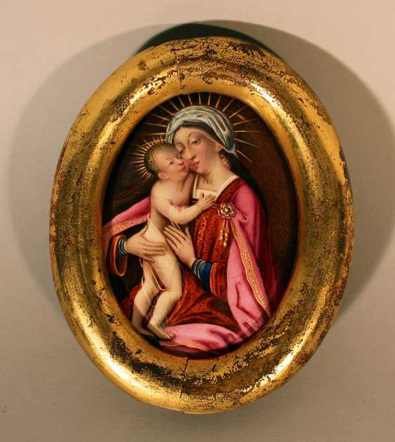Enamel medallion in oval form showing Maria with Jesus child with gilded halos in red dress, white cape, in front of brown background - photo 1