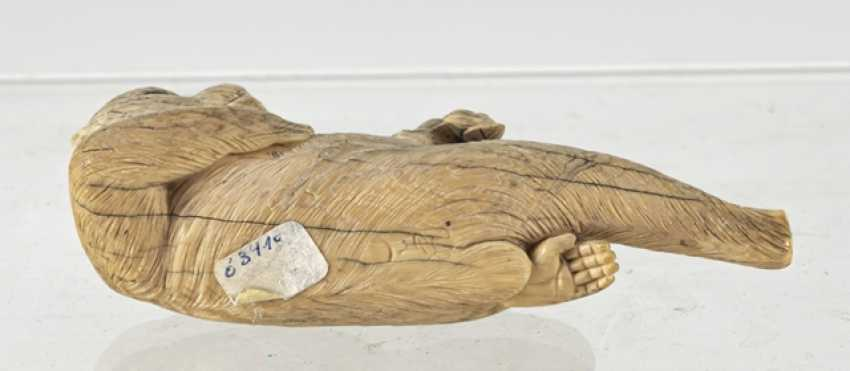 Okimono of a reclining monkey ivory - photo 5