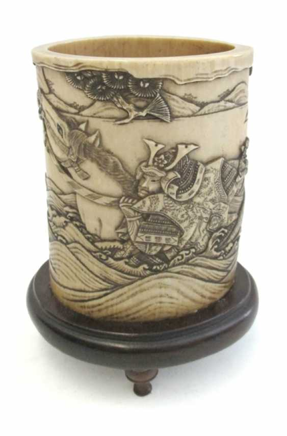Brush Cup is made of ivory with a depiction of the Gentoku on a wooden stand mounted - photo 1