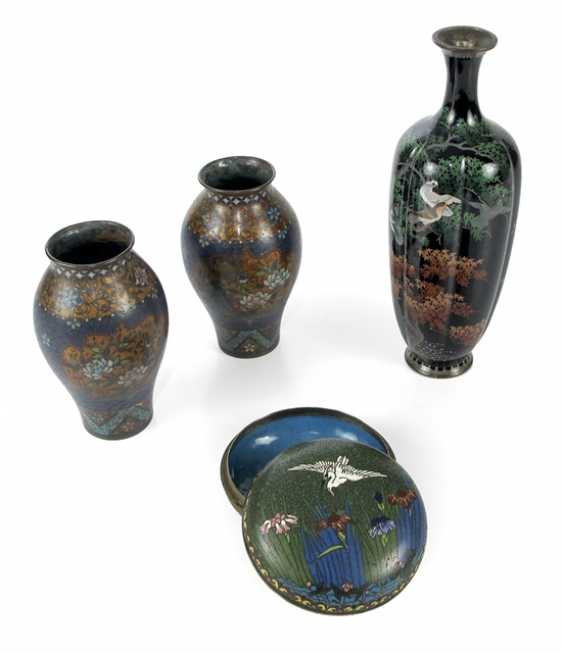 Three Cloisonné vases and a lidded box with crane decoration - photo 1