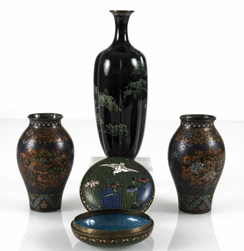 Three Cloisonné vases and a lidded box with crane decoration - photo 3