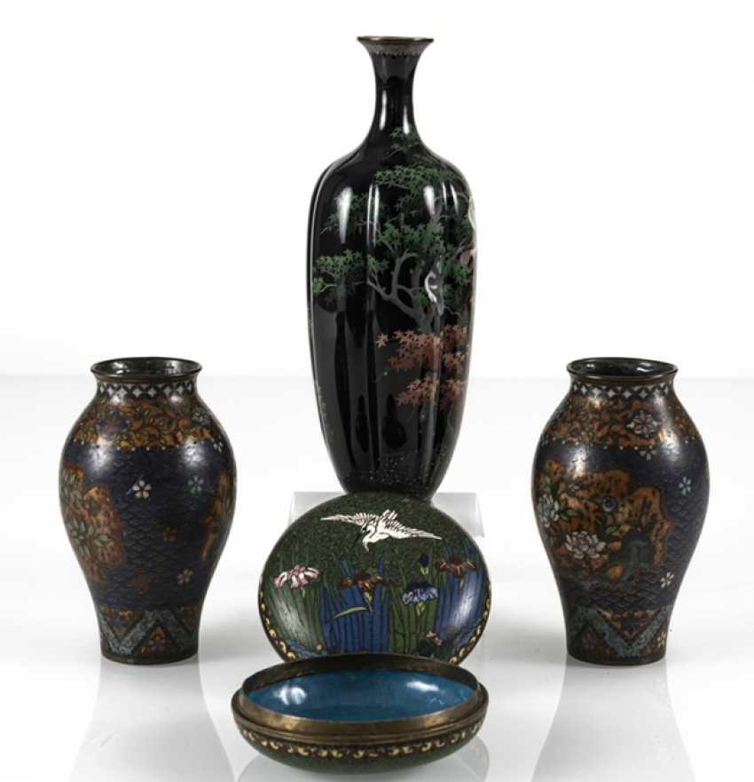 Three Cloisonné vases and a lidded box with crane decoration - photo 4
