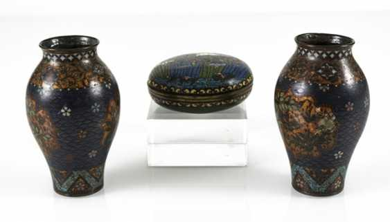 Three Cloisonné vases and a lidded box with crane decoration - photo 5