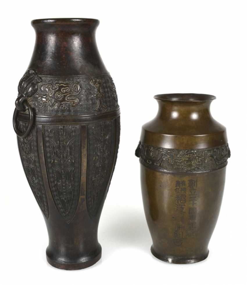 Two bronze vases with archaistischem decor, one with inscription - photo 1