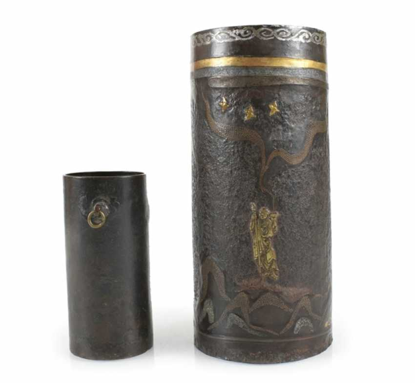 Brush Cup made of Bronze or iron, and partly with the decor of the Seibo, Tobosaku and a Rakan - photo 1