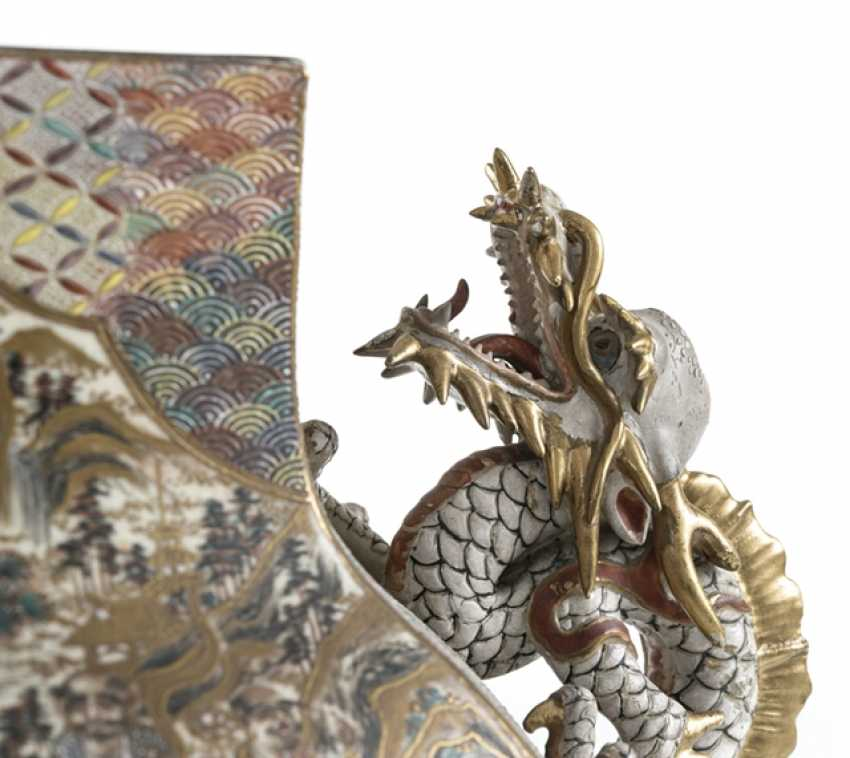 Satsuma Vase with decoration of warriors, and a lateral Handle in the Form of a dragon - photo 4