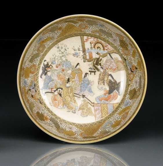 Satsuma bowl with decor of a court scene in the mirror, and floral edging - photo 1