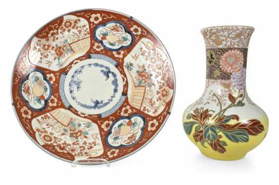 Imari round plate and porcelain vase with flowers decor - photo 1