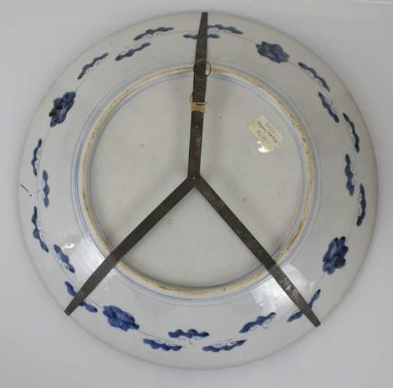 Imari round plate and porcelain vase with flowers decor - photo 2