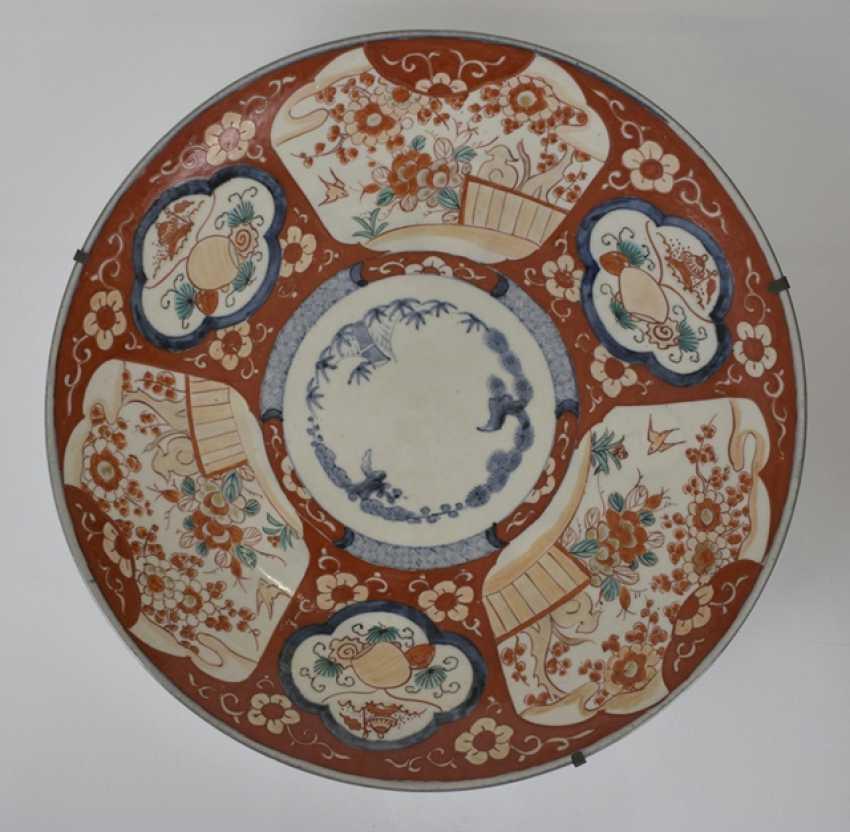 Imari round plate and porcelain vase with flowers decor - photo 3