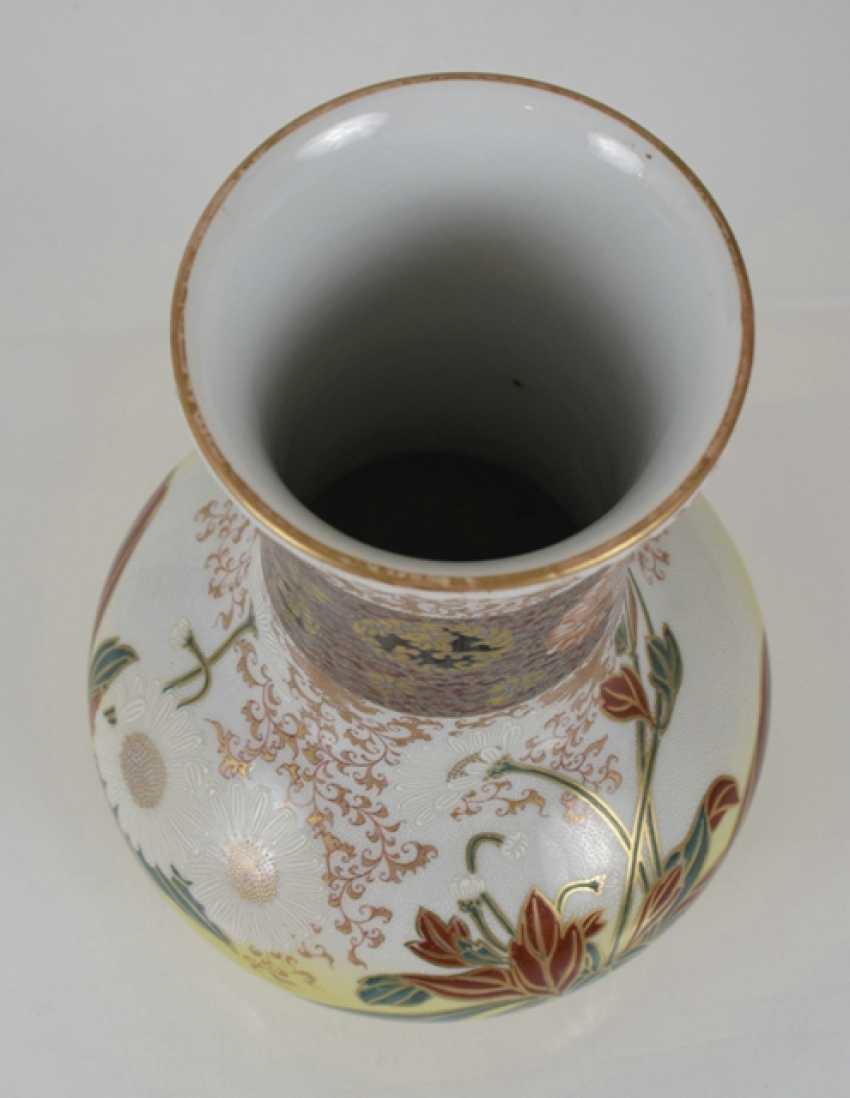 Imari round plate and porcelain vase with flowers decor - photo 4