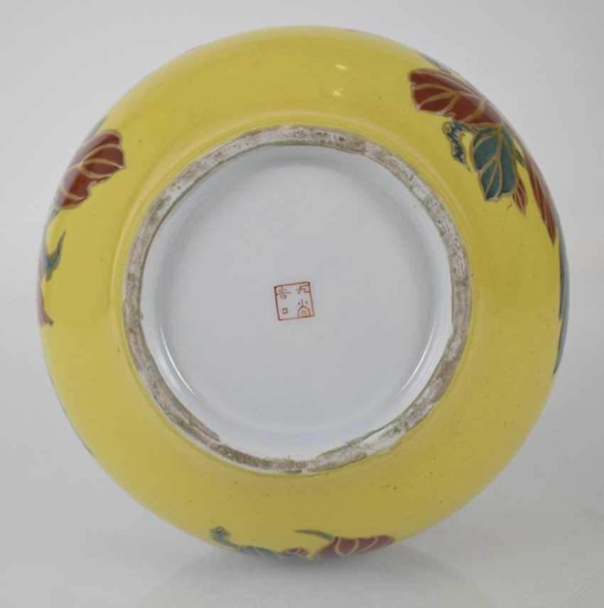 Imari round plate and porcelain vase with flowers decor - photo 5