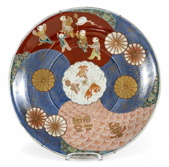 Imari circular plate with a decor of boys and stylized waves - photo 1