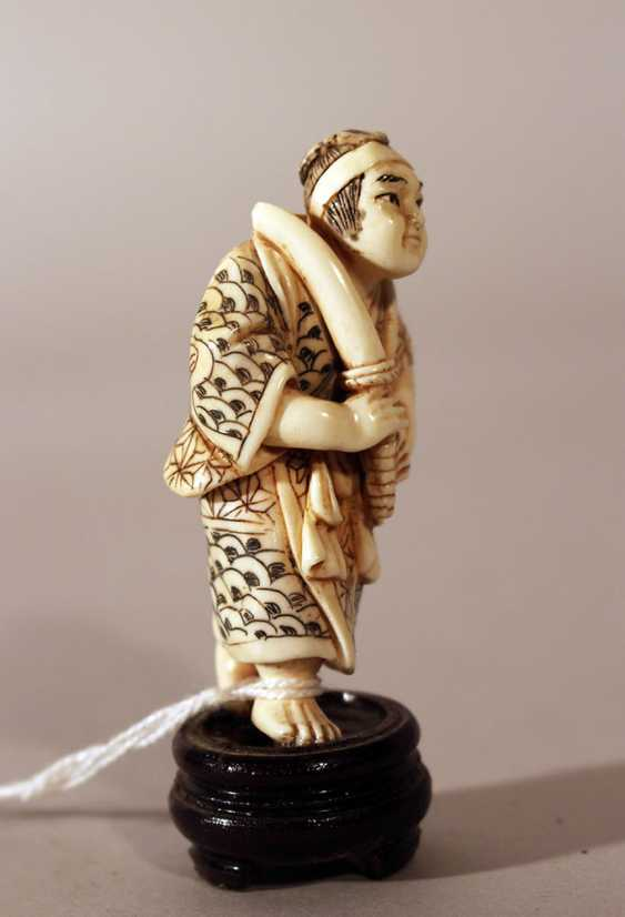 Japanese ivory netsuke, warrior with sword - photo 2