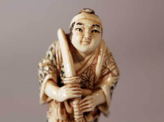 Japanese ivory netsuke, warrior with sword - photo 3