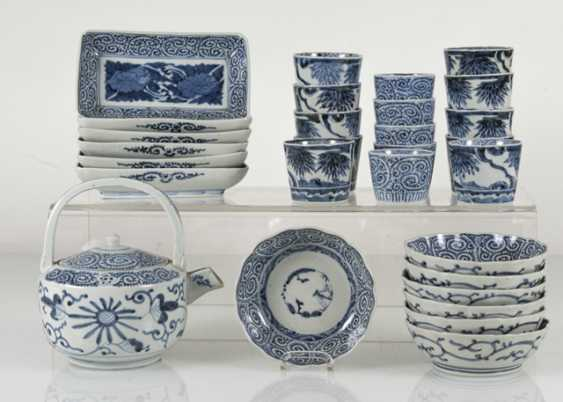 A group of underglaze blue decorated porcelain, some with a spiral pattern - photo 2