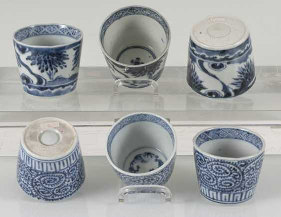 A group of underglaze blue decorated porcelain, some with a spiral pattern - photo 4