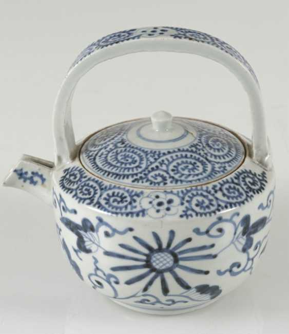 A group of underglaze blue decorated porcelain, some with a spiral pattern - photo 5