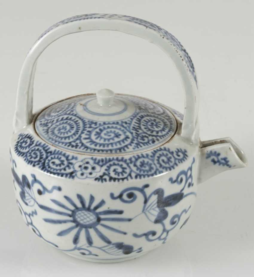 A group of underglaze blue decorated porcelain, some with a spiral pattern - photo 7