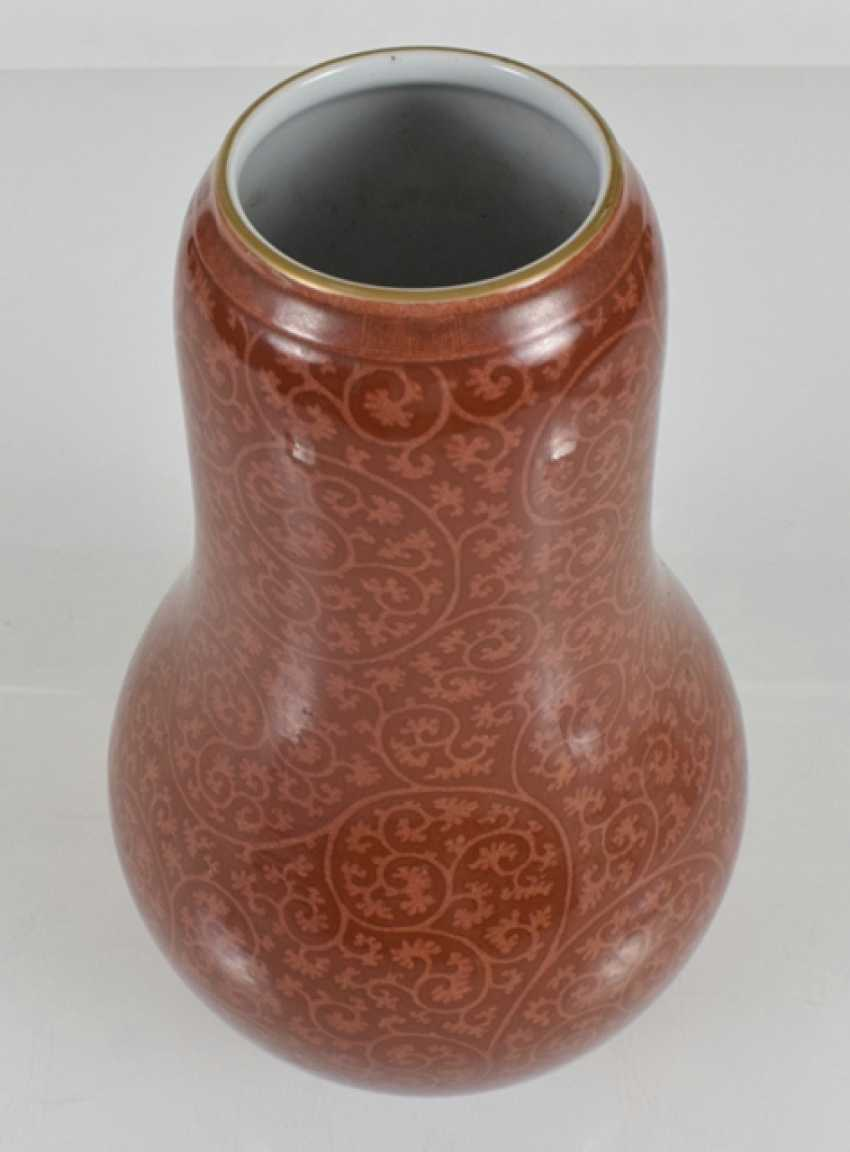 Porcelain vase with vine decoration on coral red ground - photo 2