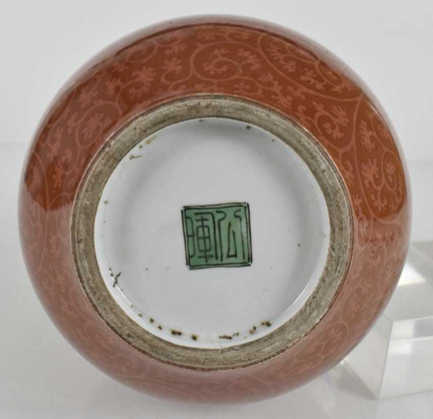 Porcelain vase with vine decoration on coral red ground - photo 3