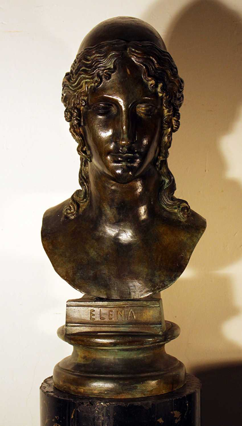 Large bronze bust of Elena on integrated round base - photo 1