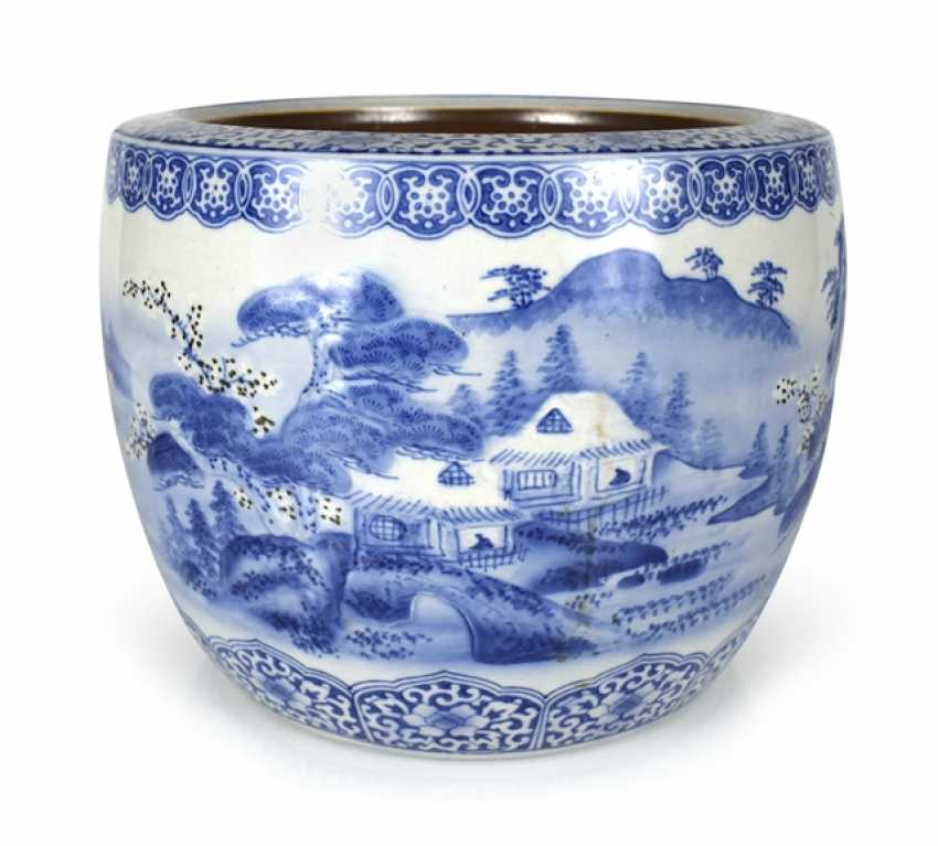 Blue-and-white decorated porcelain Cachepot with taught landscape - photo 1