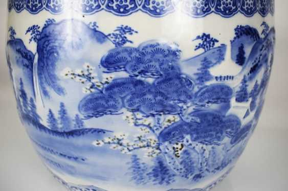 Blue-and-white decorated porcelain Cachepot with taught landscape - photo 3