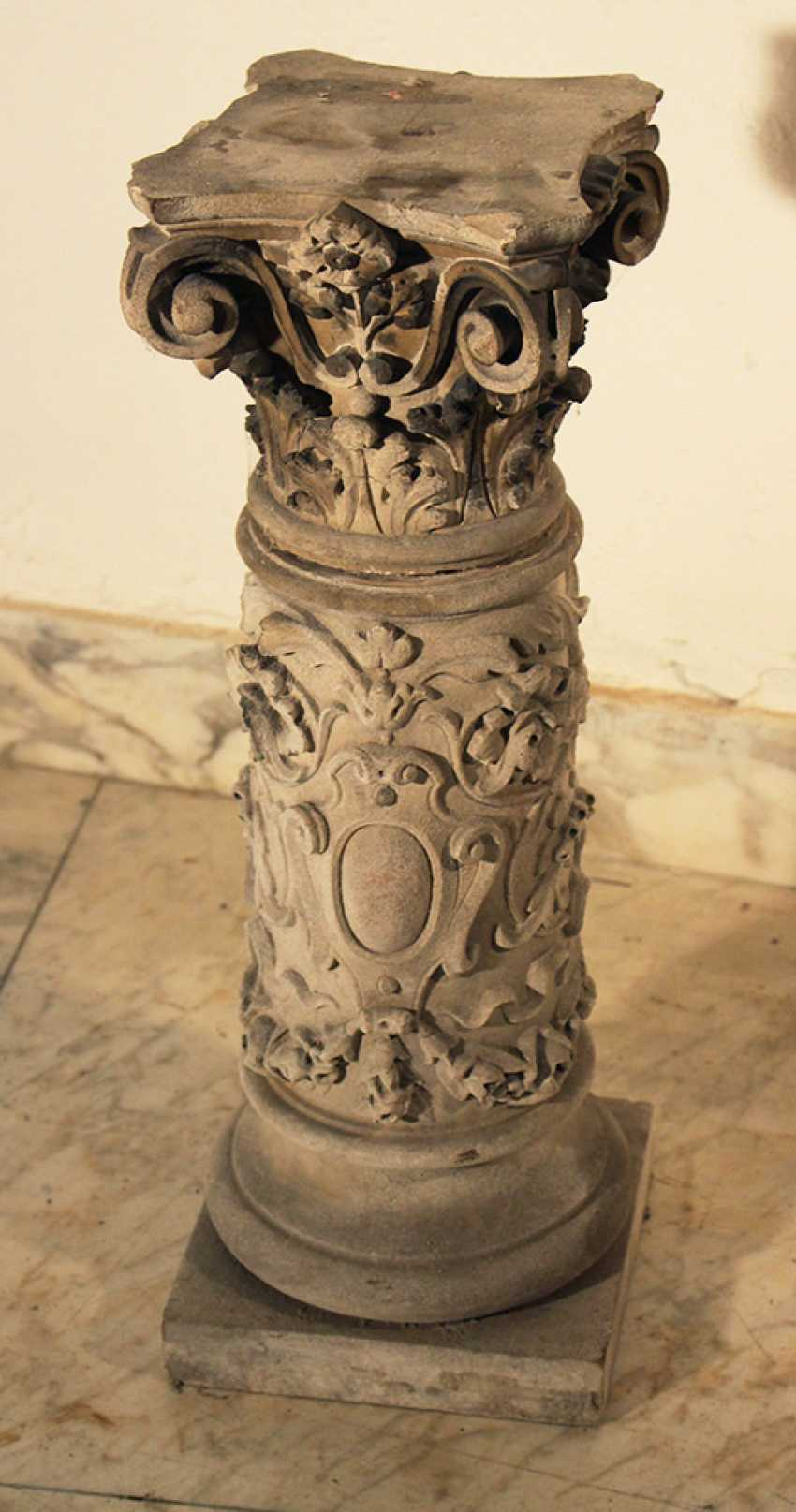A small stone column with Corinthian capitel and floral sculpted decorations on quadratic plinth - photo 2