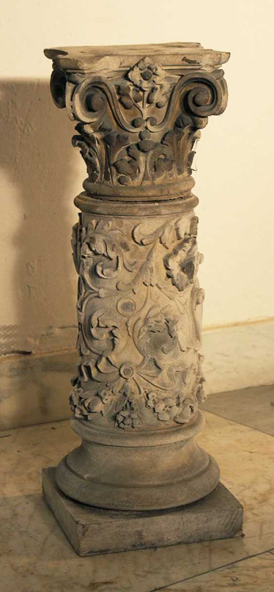 A small stone column with Corinthian capitel and floral sculpted decorations on quadratic plinth - photo 3