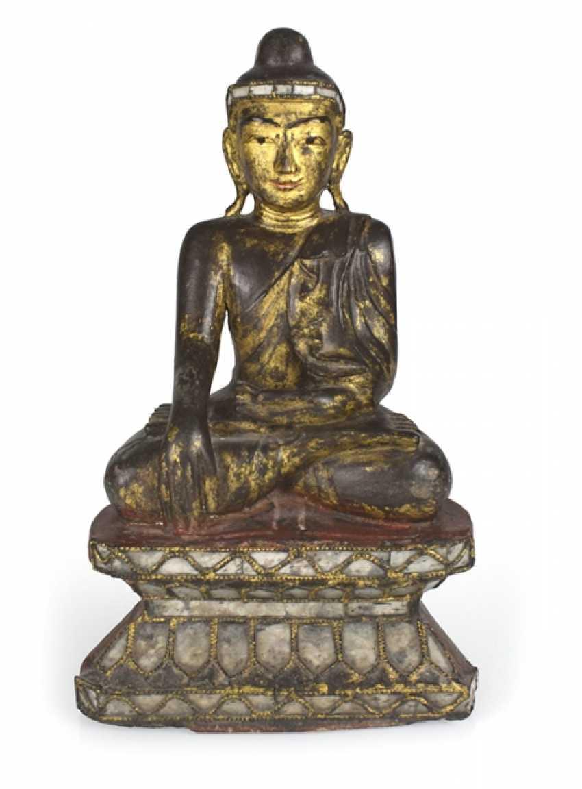 Wood figure of the seated Buddha Shakyamuni - photo 1
