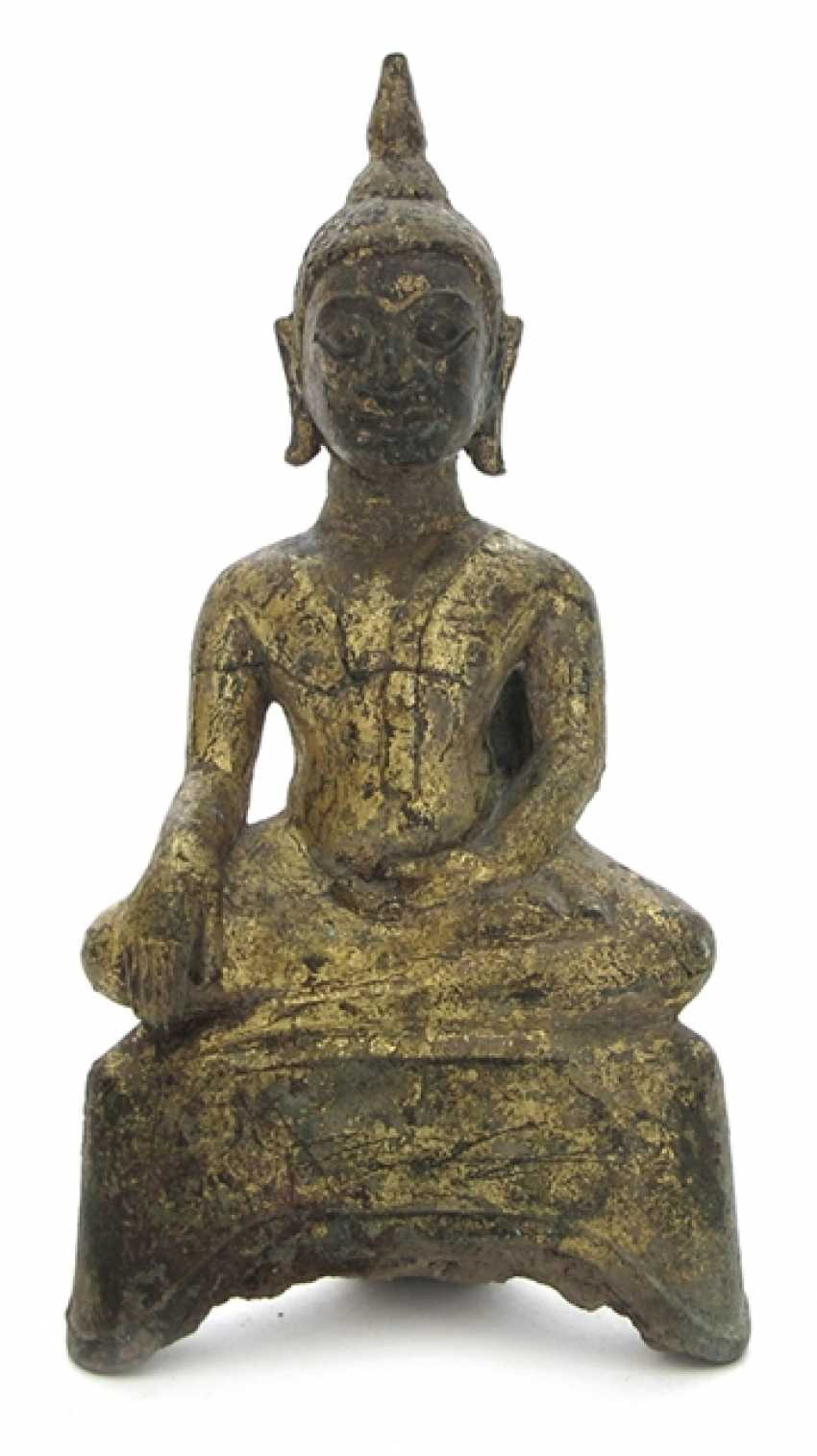 Small Bronze of a seated Buddha - photo 1