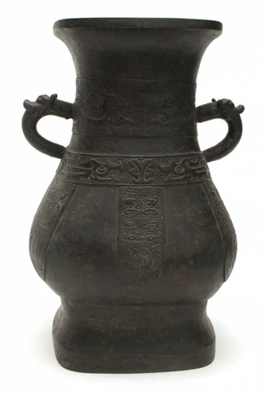 Hu'-shaped bronze vase in archaic style - photo 1