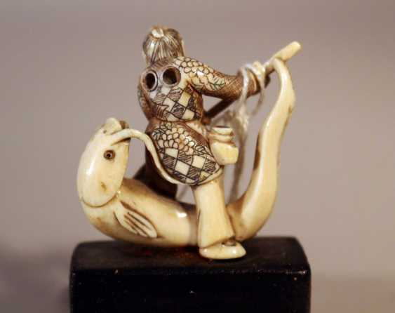 Japanese ivory netsuke with a man standing on a fish with fine engravings and signature on the fish - photo 2