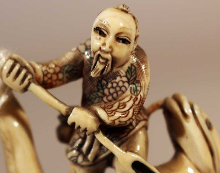 Japanese ivory netsuke with a man standing on a fish with fine engravings and signature on the fish - photo 3
