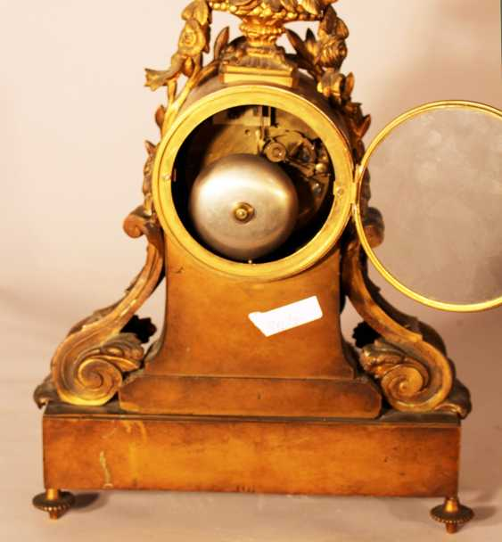 A French chimney clock on rectangular base with bowed front, central column with two volutes and a laurel band - photo 3