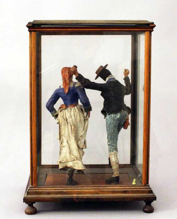 Sculpture of a Tarantella dancing couple in traditional dresses - photo 3