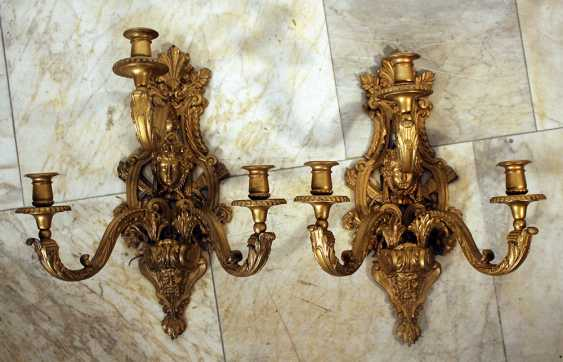 A pair of French wall appliques in Regence style in lyra shape with faces, scrolls, flowers and other ornaments, partly with open work - photo 1