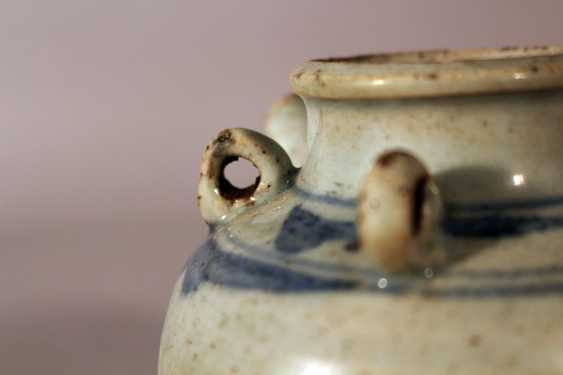 A small Ming porcelain pilgrims can, in bowed shape with small neck. four rings and one spout - photo 2