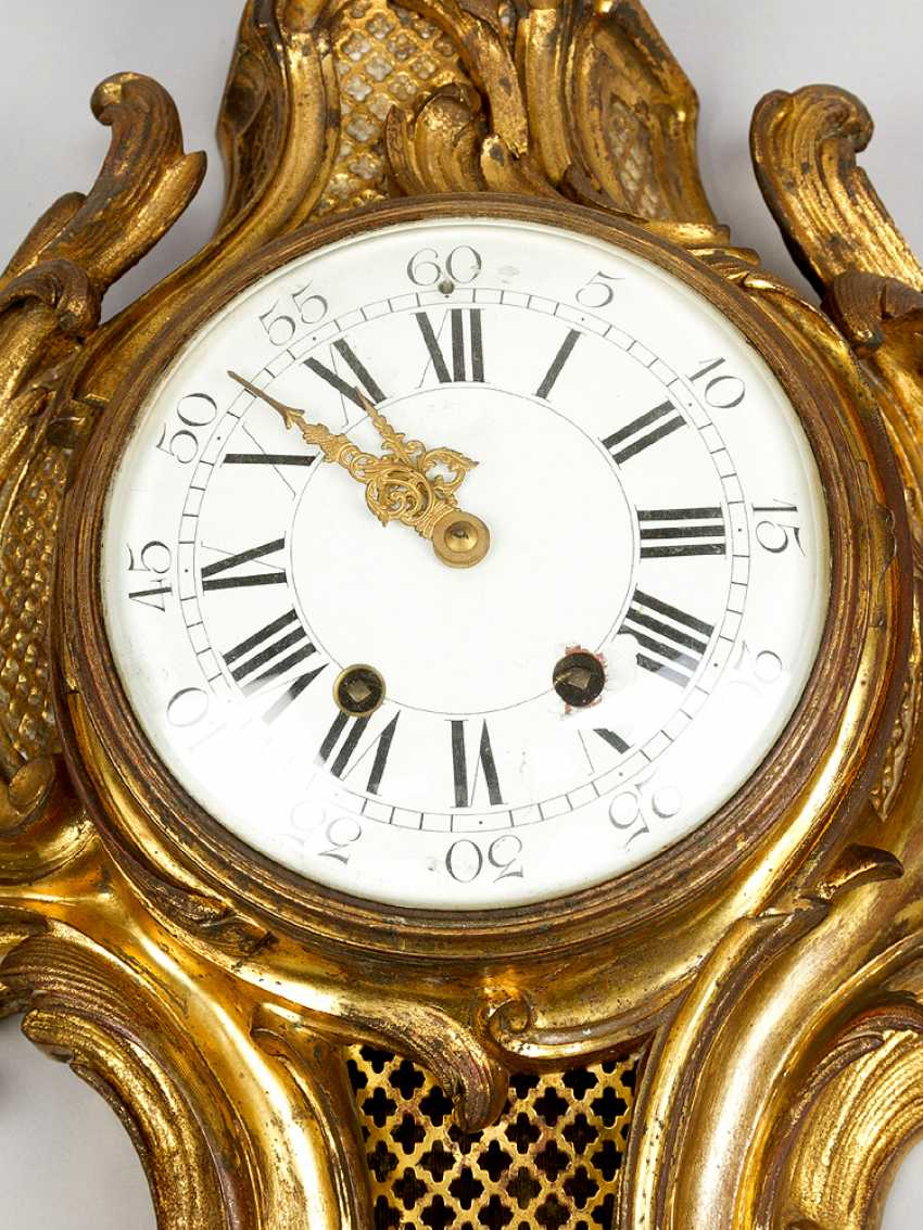 A French Louis XV style cartel clock, decorated with volutes and flowers, the fields with partly open work grid - photo 2