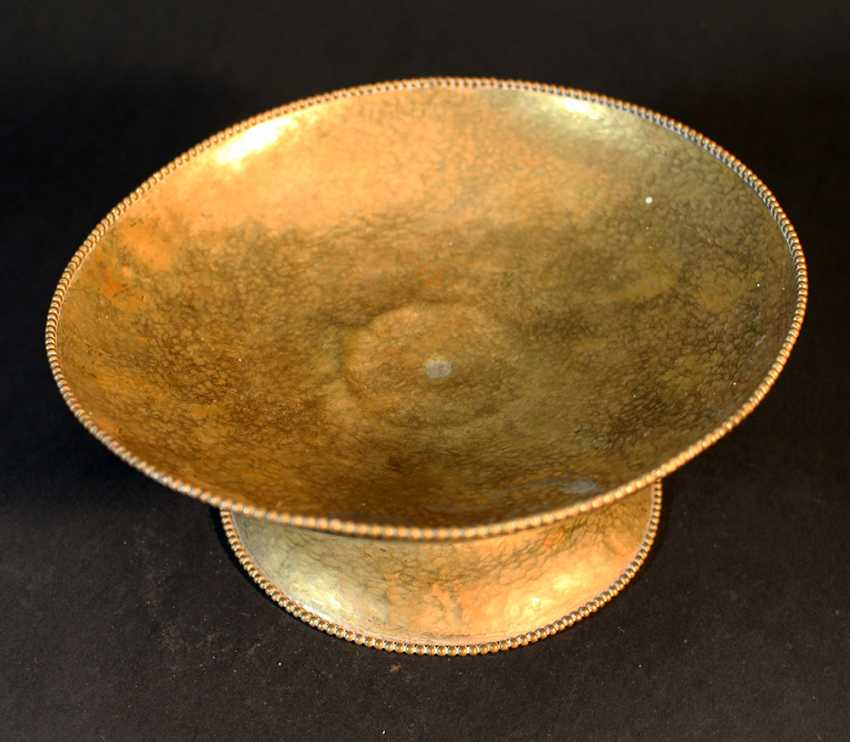 Austrian bronze bowl on central foot in bowed shape with ribbed borders and chased hammer deocrations - photo 3