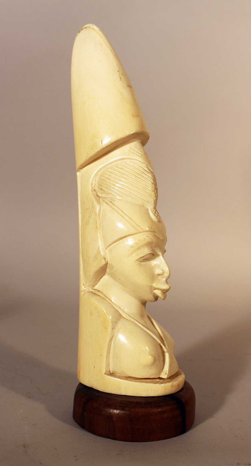 Two African ivory sculptures of male and female portraits, on wooden stands - photo 2
