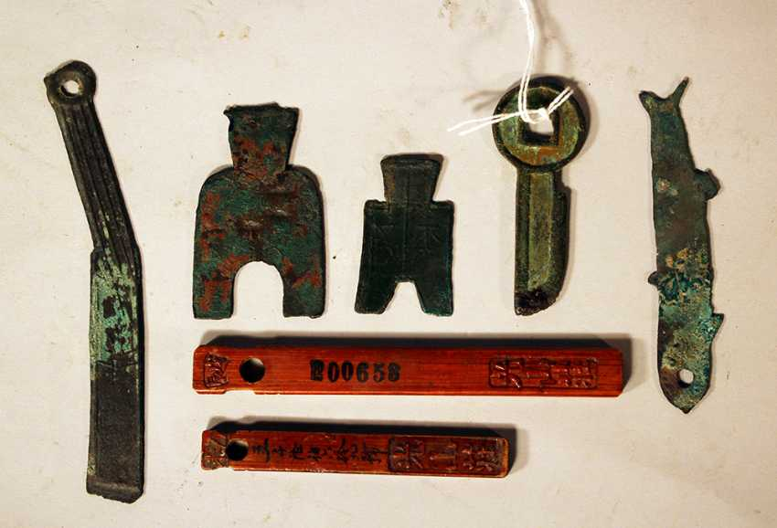 Lot of seven Asian wooden and bronze money symbols - photo 1