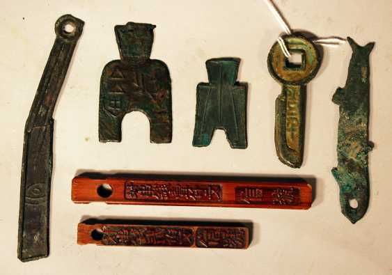 Lot of seven Asian wooden and bronze money symbols - photo 3
