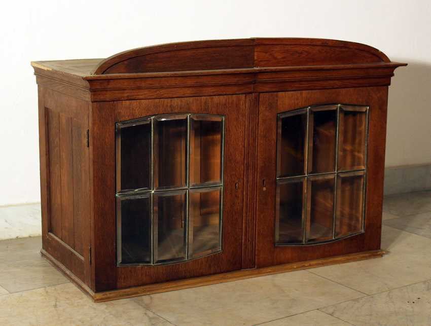 A Jugendstil display cabinet with arched top, two doors and cutted glass windows with bronze grid - photo 2