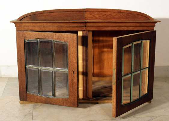 A Jugendstil display cabinet with arched top, two doors and cutted glass windows with bronze grid - photo 3