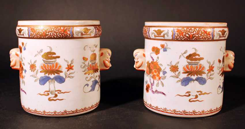 A pair of Compagnie des Indes porcelain pots, cylindrical shape with two grimaces faces on the sides - photo 1